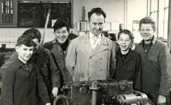 BR_SCHOLEN_LTS_101 Brielle; Leerlingen in de Lagere Technische School rond een docent, ca. 1968