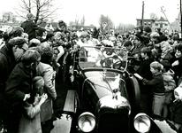 BR_SINTERKLAAS_1969_004 Onder grote belangstelling arriveert Sinterklaas in een auto in Brielle; november 1969