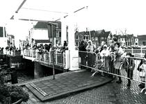 BR_SINTERKLAAS_1990_003 De intocht van Sinterklaas in Brielle. Kinderen en ouders wachtten op de Julianabrug; 17 ...