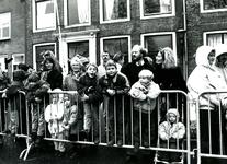 BR_SINTERKLAAS_1990_004 De intocht van Sinterklaas in Brielle. Kinderen en ouders wachtten in spanning af; 17 november 1990