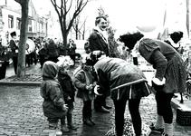 BR_SINTERKLAAS_1990_008 De intocht van Sinterklaas in Brielle. De burgemeester en enkele kinderen verwelkomen de zwarte ...