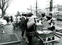 BR_SINTERKLAAS_1990_010 De intocht van Sinterklaas in Brielle. Zwarte pieten laden de wagen vol pakjes; 17 november 1990