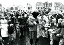 BR_SINTERKLAAS_1990_011 De intocht van Sinterklaas in Brielle. Zwarte Pieten delen snoep uit aan kinderen; 17 november 1990