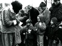 BR_SINTERKLAAS_1990_012 De intocht van Sinterklaas in Brielle. Zwarte Pieten delen snoep uit aan kinderen; 17 november 1990