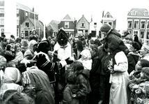 BR_SINTERKLAAS_1990_013 De intocht van Sinterklaas in Brielle. Zwarte Pieten delen snoep uit aan kinderen; 17 november 1990