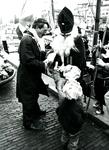 BR_SINTERKLAAS_1990_014 De intocht van Sinterklaas in Brielle. De burgemeester en enkele kinderen verwelkomen de zwarte ...
