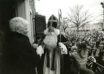 HE_PERSONEN_126 Hellevoetsluis; Burgemeester M. van Rossen verwelkomt Sinterklaas tijdens zijn intocht, ca. 1995