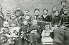 SP_PERSONEN_GROEPEN_001 Spijkenisse; Leerlingen van de naaischool van mevrouw K.P. Koornneef - Romeijn, 1905