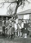 SP_SCHOLEN_CLS_002 Spijkenisse; De Christelijke Lagere School langs de Zijlstraat. Leerlingen van de school met de ...