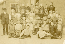 SP_SCHOLEN_CLS_003 Spijkenisse; De Christelijke Lagere School langs de Zijlstraat. Klassenfoto, 1906