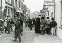 SP_VOORSTRAAT_130 Sinterklaas met zwarte pieten in de Voorstraat; 29 november 1986