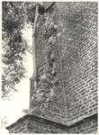 foto-18254 Herv. Kerk Schellinkhout : Steunbeer van de toren aan de noord-west hoek in 1950, 1950