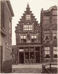 foto-50 Gebouw hoek Gr. Oost en Schoolsteeg (49). Bewoond door N. Hoogcarspel broodbakkerij, 1905