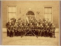 foto-635 Het kader der D.D. Schutterij gefotografeerd tegen achtergevel van het Weeshuis in de Achterstraat, 1900