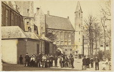 A-15 Een groep jongens op het Abdijplein te Middelburg met Provinciaal Archief en Balanspoort