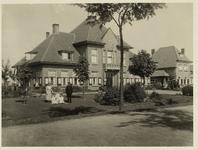 A-1562III Gezicht op het nieuw gebouwde gemeentehuis van Sint Laurens aan de Noordweg, met op de voorgrond het personeel