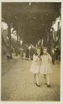 A-1571 De zusjes Hillebrand (mogelijk Francina, geb. 29 juni1917 en Wilhelmina, geb. 23 mei 1919) in de Van ...