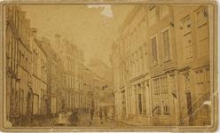 A-1743 Gezicht op de Lange Delft te Middelburg richting Markt met links het voormalig West-Indisch Huis en links midden ...