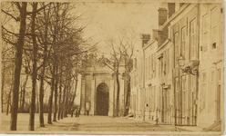A-1744 Gezicht op de huizen aan het Molenwater en op de Koepoort te Middelburg