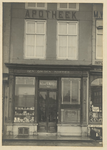 B-1212 De gevel van het pand Den Gouden Mortier , apotheek van de heer M.J. van Pienbroek aan de Markt C3 (13) te Middelburg