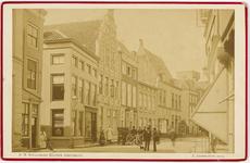 B-1365 Gezicht op de Lange Delft te Middelburg richting de Markt met aan de linkerzijde de ingang van de Herenstraat, ...