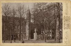 B-1377 Gezicht op het Abdijplein te Middelburg, met de Balanspoort en de pomp