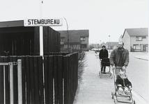 B-1600II Bord voor een stembureau in het gebouw van de lagere school De Eendrachtsburcht in de wijk Dauwendaele voor de ...