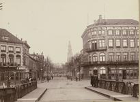 B-168 Gezicht op de Stationsstraat te Middelburg, gezien vanaf de Stationsbrug, met poserende personen, op de hoek ...