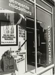 B-1723 De etalage van de afdeling Voorlichting van de gemeente Middelburg ingericht ten behoeve van de glasbakkenactie
