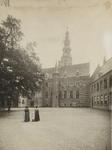 B-26 Gezicht op de zuidzijde van het Abdijplein te Middelburg met de woning van de commissaris der koningin en het ...