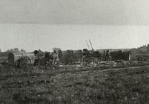 B-945VII Vuilniskarren storten hun lading op een weiland in de omgeving van Middelburg.Origineel diapositief archief ...