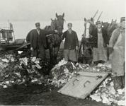 B-945X Vuilniskarren met personeel van Gemeentereiniging op de stortplaats op een weiland in de omgeving van ...