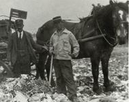 B-945XI Een vuilniskar met personeel van Gemeentereiniging op de stortplaats op een weiland in de omgeving van ...