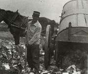B-945XII Een vuilniskar met een personeelslid van Gemeentereiniging op de stortplaats op een weiland in de omgeving van ...