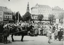 B-955I Kar van Gemeentereiniging en voetgangers wachten voor de gesloten Stationsbrug te Middelburg, met zicht op deel ...