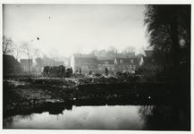 B-955VIII Personeel van Gemeentereiniging op een stortplaats langs de singels te Middelburg.Origineel diapositief ...