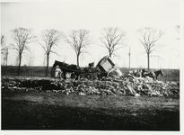 B-955XI Vuilniskarren op de stortplaats op een weiland langs de Nieuwe Vlissingseweg te Middelburg.Origineel ...