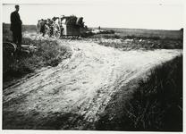 B-955XIII Vuilniskarren en personeel van de Gemeentereiniging op de stortplaats op een weiland in de omgeving van ...