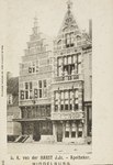 P-758 Gezicht op de gevel van apotheek L.K. van der Harst en aangrenzende panden aan de Pottenmarkt te Middelburg met ...