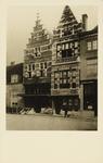 P-759 Gezicht op de gevel van de apotheek L.K. van der Harst en aangrenzende panden aan de Pottenmarkt te Middelburg