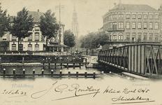 P-975 Gezicht op de Stationsbrug te Middelburg, met de Stationsstraat, de Blauwedijk (links) en de Loskade (rechts).