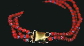 STR-16-18 Gouden kaphoed haak en oog met drie snoer rode kralen met porceleinen kern