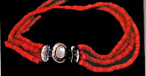 STR-17-15 Gouden slotje met vier snoer kleine bloedkoraaltjes