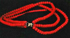 STR-17-5 Gouden haak en oog met drie snoer imitatie rode kralen