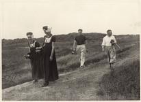 2405 Golfspelers op de golfbaan te Domburg met twee meisjes in Walcherse klederdracht, die de caddy's dragen