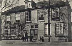 2617 Poserende mensen voor hotel De Roode Leeuw op te Markt te Domburg