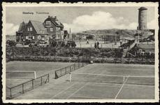 2627 Gezicht op de tennisbanen, pension Zonneduin en de watertoren te Domburg