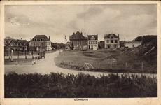 2638 Gezicht op Domburg met het tentoonstellingsgebouw, villa's en pensions en een deel van de tennisbaan
