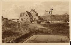2673 Gezicht op de tennisbanen, een huis, pension Zonneduin en het Strandhotel te Domburg