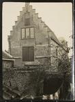 985 De voorgevel van het huis aan de Simon Oomstraat 3 in Veere, gezien vanuit het achterraam van een huis aan de Kaai ...